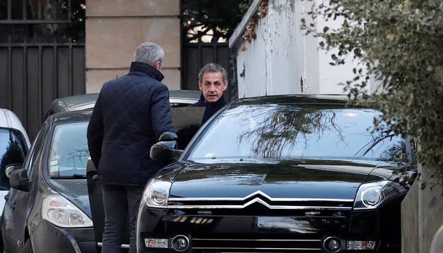 Sarkozy, este miércoles a la salida de su casa en Francia.