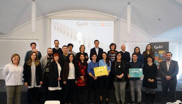 La consejera delegada de CEIN, Pilar Irigoyen, con los ganadores y finalistas de los Premios InÍciate 2018.