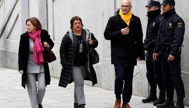 La expresidenta del Parlament Carme Forcadell (izda), y los ex consellers Raúl Romeva y Dolors Bassa, a su llegada al Tribunal Supremo este viernes.