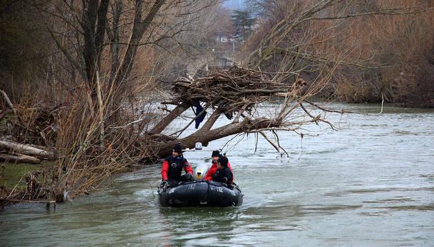 Búsqueda en el río del cuerpo de la vecina de Burlada, en enero del año pasado.