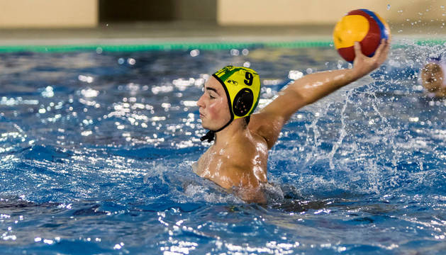 Un jugador del Waterpolo Navarra armando el brazo para lanzar.