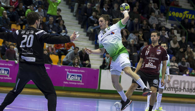 Oswaldo salta sobre la defensa del Lugi durante el partido de apertura de la fase de grupos de la EHF en Anaitasuna