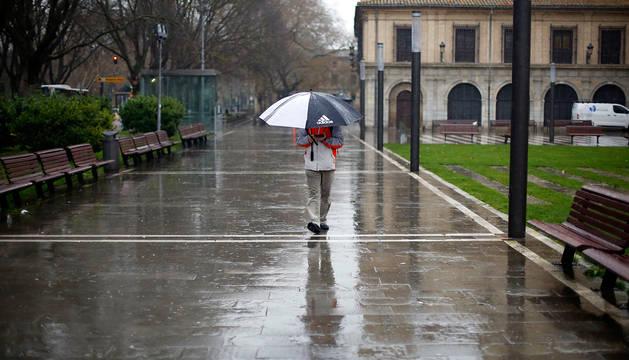 Una persona, en el paseo Doctor Arazuri de Pamplona.