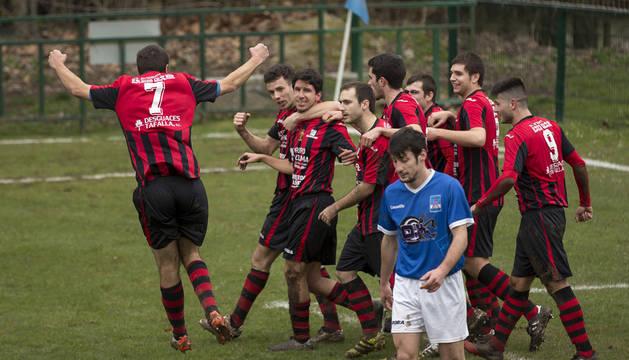 Los jugadores del Avance arropan a Jon Pastor, autor del gol del sábado frente al Larrate.