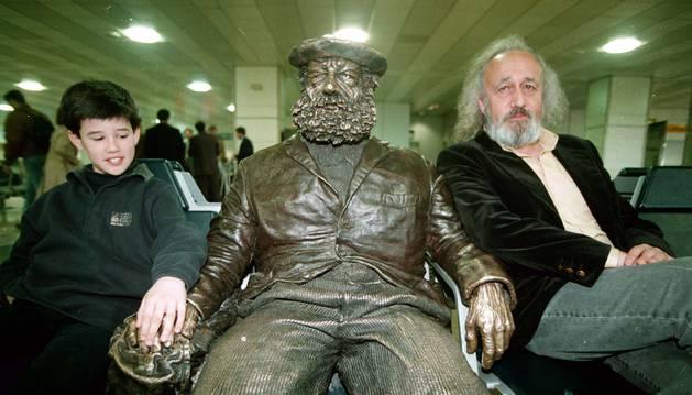 Andoni Erburu y Montxo Armendáriz posan en el aeropuerto antes de su viaje a los Oscar.