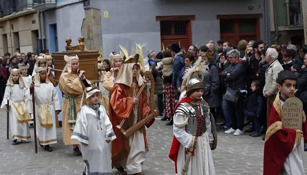 Los 12 pasos que componen la procesión han desfilado por las calles del Casco Antiguo de la capital foral.