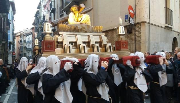 Doce pasos componen la procesión del Santo Entierro de Pamplona celebrada este Jueves Santo, en la que han participado cerca de 2.000 personas