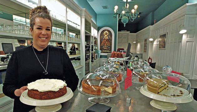 Imagen de Teresa Roig Estrada ante el variado surtido de tartas caseras que ella preparada en su establecimiento La Repostería.