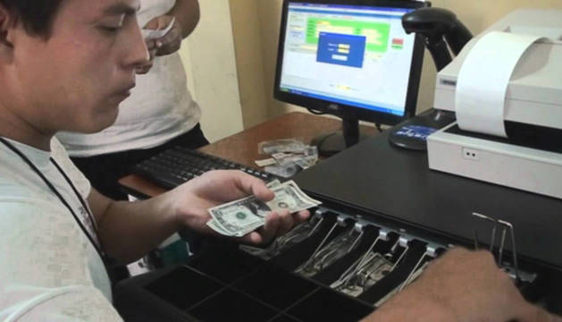 En la imagen, una persona prepara en una bolsa el encargo del cliente.