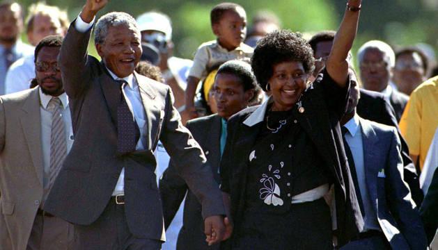 Nelson y Winnie Mandela, tras la salida de la cárcel del primero en 1990.