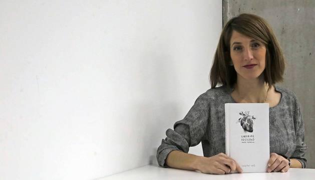 Maite Mutuberria posa con su nuevo libro, 'Enorme suciedad'.