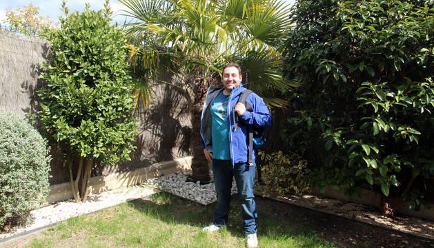"""José Antonio Ullate, """"Tután, posa en el jardín de su casa de Murchante vestido de azul, con la equipación con la que formó parte del equipo Samulu en El Conquis."""