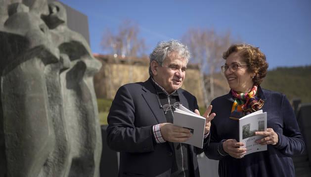 El escritor Bernardo Atxaga y Pilar Oteiza, sobrina y heredera única del artista, en animada conversación en el Museo Oteiza antes de la presentación del poemario.