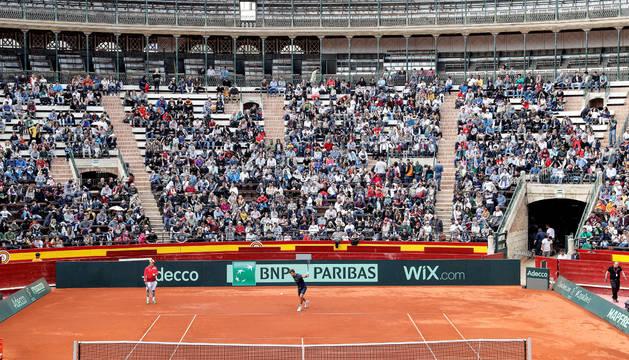 Vista general de la Plaza de Toros de Valencia durante el entrenamiento abierto al público del equipo español de Copa Davis, que se enfrentará a Alemania.