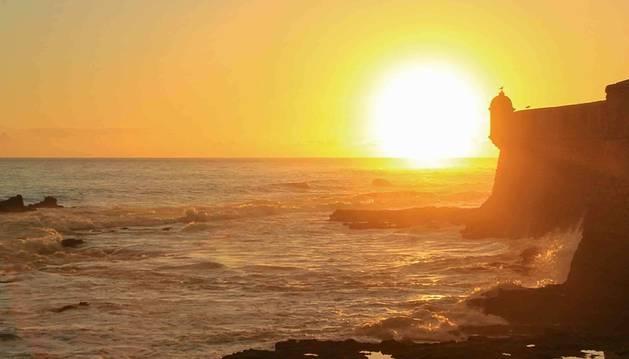 Foto de una puesta de sol en la costa gaditana