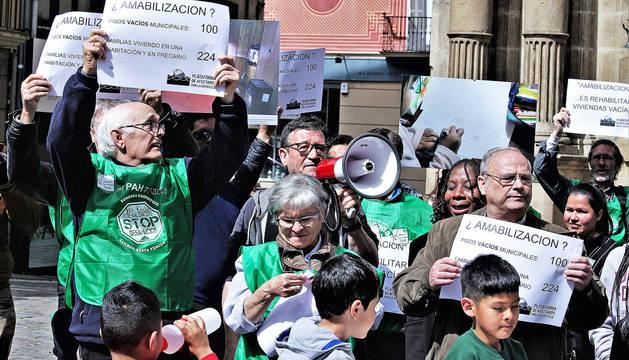 Varias personas, en la concentración del PAH en Pamplona.