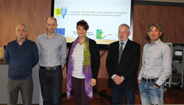 Desde la izquierda, Enrique Echeverría, Javier Martínez, la presidenta Mariví Sevilla, Carlos Sagaseta de Ilúrdoz y Fran Yoldi, durante la presentación del proyecto contra la pobreza energética.