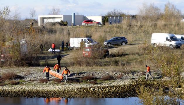Policía Foral, junto al río Aragón tras haber encontrado el cuerpo de la víctima.