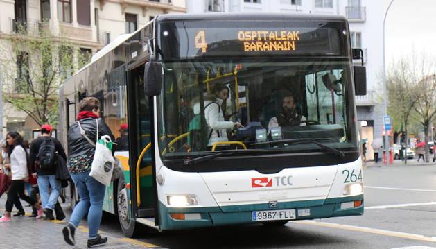 Varios pasajeros suben a la villavesa número 4 en Merindades, este sábado 7 de abril.