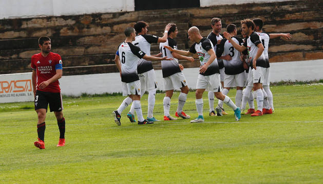 Los jugadores del Tudelano celebran el tanto de Óscar Vega.