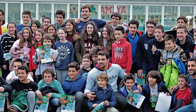 EL PROTAGONISTA. Alberto Munárriz, en el centro de la imagen, se fotografió con niños en la C.D. Amaya.