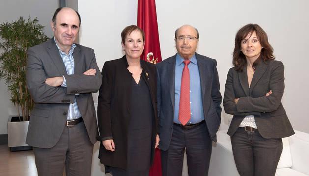 foto de Manu Ayerdi, Uxue Barkos, Manuel Torres y Yolanda Torres, en el despacho de la Presidenta.
