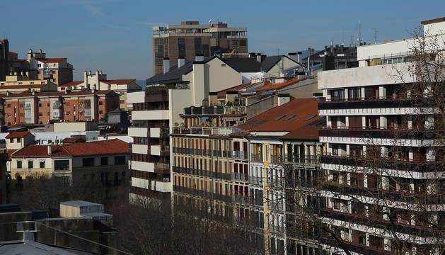 Edificios de viviendas en el Paseo Sarasate de Pamplona, con el Edificio Singular al fondo.