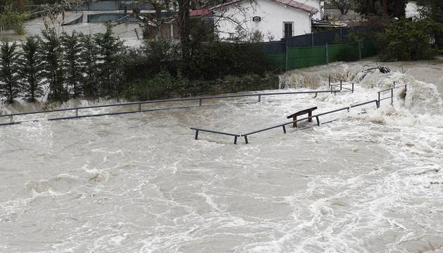 El río Arga se ha salido ya de su cauce en varias zonas afectando a márgenes inundables y algunas calles