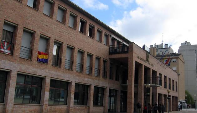 La bandera republicana, en la fachada del Ayuntamiento de Barañáin el pasado 14 de abril.