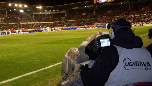 Un cámara de televisión, en un partido en El Sadar.