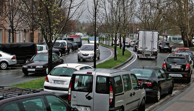 La calle Río Arga soporta a diario el tráfico miles de coches, además del transporte de mercancías.