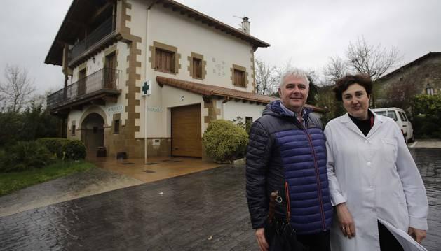Cristina Ciordia Borunda, y su marido, José Mari Durán Urdániz, frente a su casa en Marcaláin. En el bajo está la farmacia.