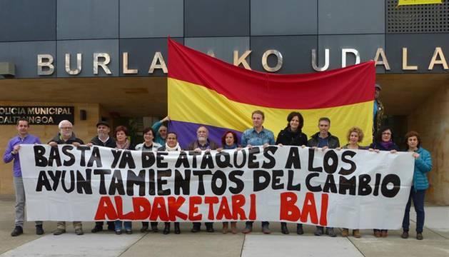 Concentración de concejales navarros ante el Ayuntamiento de Burlada.
