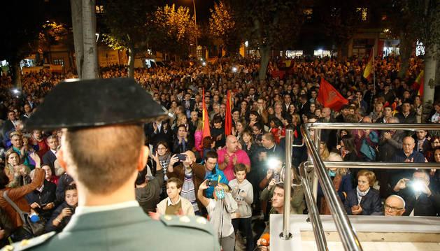 Imagen de la concentración de respaldo a la Guardia Civil que se celebró ante la comandancia de Pamplona el 17 de octubre de hace dos años, dos días después de los sucesos de Alsasua.