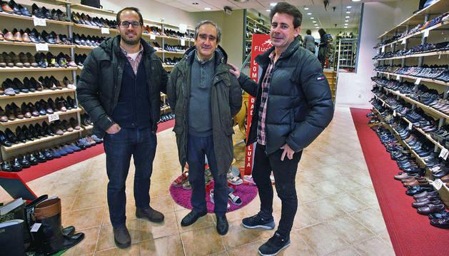 En el centro, Serbulo Basoco Garrido, junto a sus hijos Enrique (izquierda) y Juan Carlos Basoco Pascual, de Zapatería Basoco