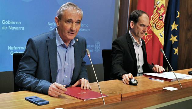 Mikel Aranburu y Luis Esain durante la presentación de la campaña de la Renta de 2017.