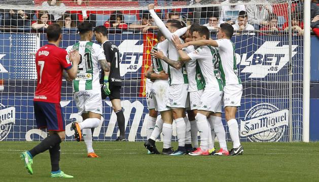 Los jugadores del Córdoba se abrazan para celebrar el 0-1 logrado por Javi Galán en la primera parte. A la izquierda, anima David.