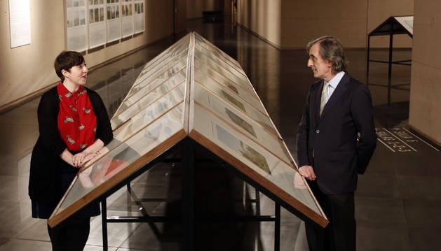 Elena Medel y Julio Martínez Mesanza, posando el viernes ante las fotografías de Bleda y Rosa de su exposición Geografía del tiempo en el Museo Universidad de Navarra.