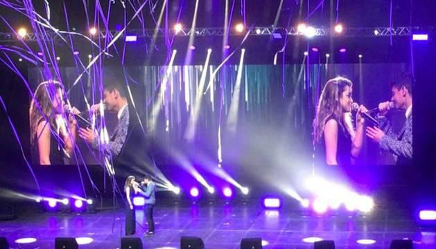 Un momento de la actuación de Amaia Romero y Alfred García en Ámsterdam.