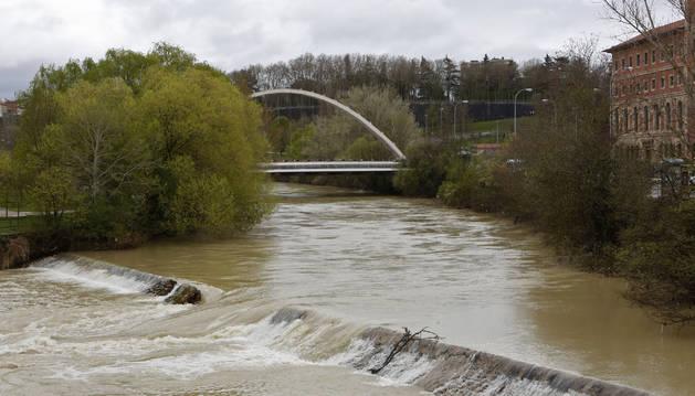 La presa de Santa Engracia, este lunes, vista desde el puente del mismo nombre. De piedra de sillería, tiene unos 65 metros de largo, y está roto en dos  puntos.