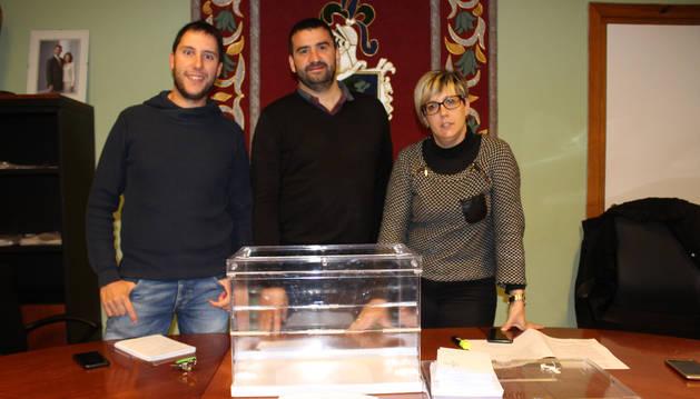 Los ediles Javier Barbarin y Pilar Pellejero con el alcalde, Ángel Moleón, en el centro, tras la votación.