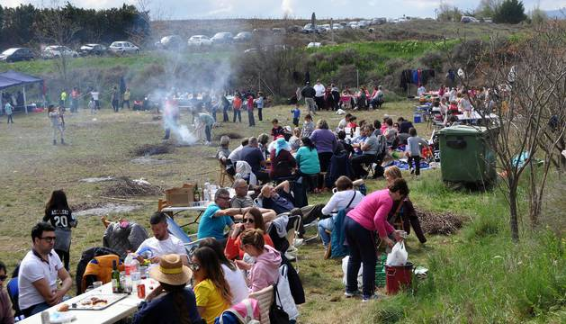 Numerosas cuadrillas corellanas se reunieron en los alrededores de la ermita de la Virgen del Villar para celebrar las tradicionales comidas.