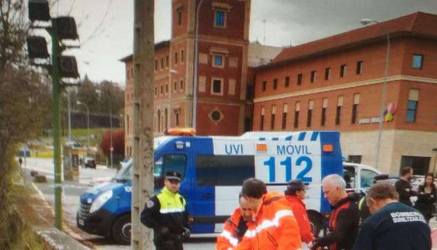 Servicios de emergencia, en el puente de Santa Engracia, donde han atendido a la mujer.
