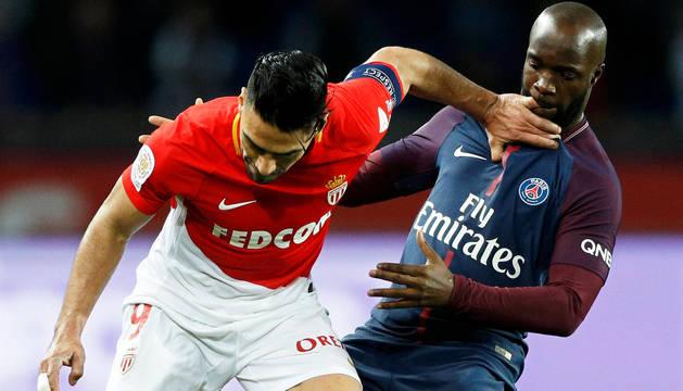 Falcao, capitán del Mónaco, y Lassana Diarra, jugador del PSG, en el partido de este domingo.