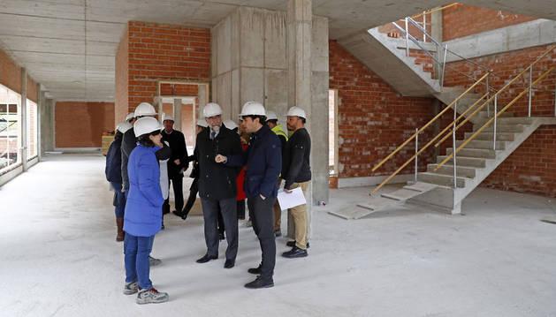 Imagen del consejero Domínguez y el alcalde de Lodosa con los técnicos en el lugar donde se está construyendo el nuevo centro de salud de Lodosa.