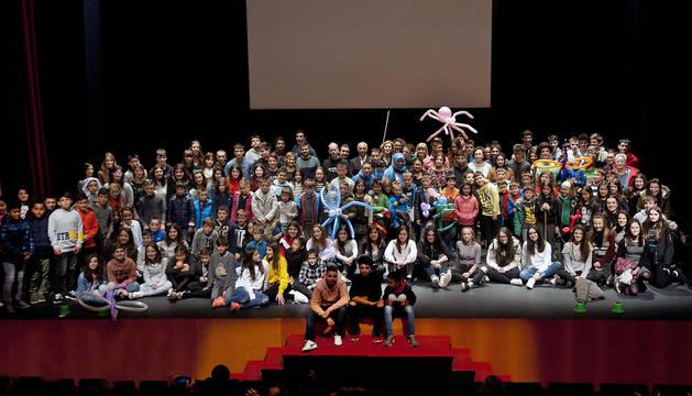 La consejera Ollo, rodeada por los escolares que han tomado parte en el concurso.