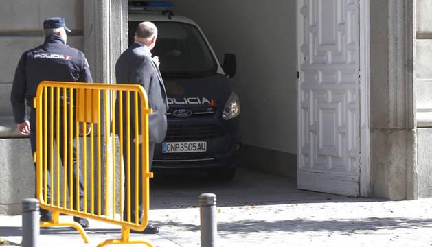 Un furgón policial a su salida del Tribunal Supremo, donde ha declarado Oriol Junqueras