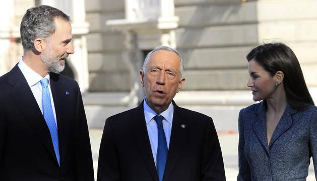 Los reyes Felipe y Letizia, acompañados del presidente de Portugal, Marcelo Rebelo de Sousa, durante la recepción en el Palacio Real.