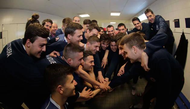 foto de Jugadores y cuerpo técnico de la Mutilvera hacen piña en el vestuario, tras la sesión de entrenamiento de ayer en Mutilnova.