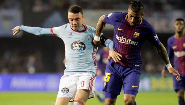Aspas disputa un balón con Paulinho